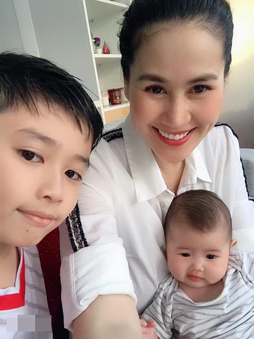 Bà Hera ai dạy bả cười đểu vậy trời, diễn viên Thân Thúy Hà chia sẻ về bức ảnh chụp bên hai con.