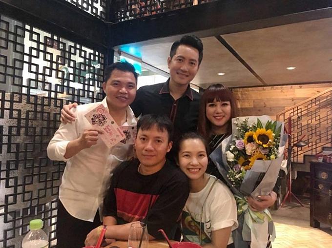 Thụy Vy đăng ảnh chụp cùng ông xã Tiến Đạt và một số người mà cô thần tượng. Nam rapper được bạn bè, người hâm mộ nhận xét trông trẻ trung, có da có thịt hơn nhờ vợ chăm khéo.