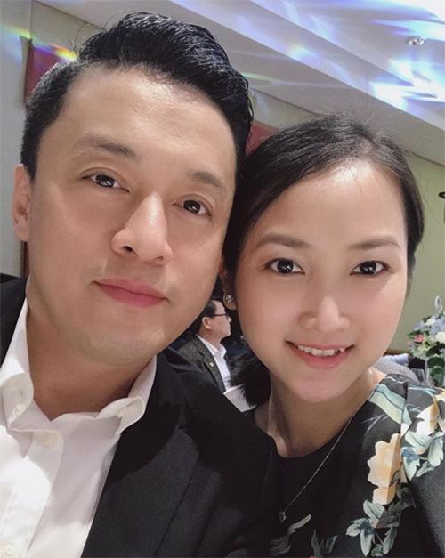 Trời không xanh/Mây cũng chẳng trắng/Em không say nắng/Nhưng em lại say anh, bà xã Lam Trường viết lời yêu ngọt ngào vớichồng.