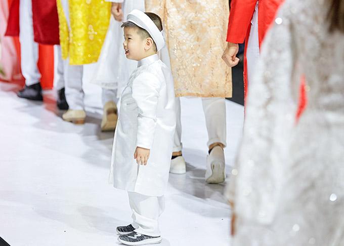 Lần đầu lên sân khấu nhưng bé Minh Khương tỏ ra chững chạc, tự tin.