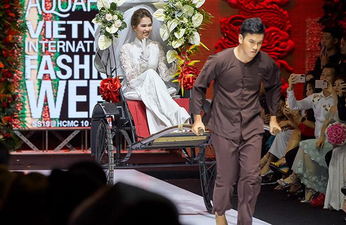 Ngọc Trinh thu hút mọi sự chú ý khi xuất hiện trên xe xích lô tại Tuần lễ Thời trang Quốc tế Việt Nam 2019.