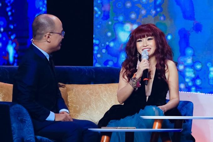 Ca sĩ Phương Thanh (phải) và MC - nhà báo Minh Đức trong chương trình.