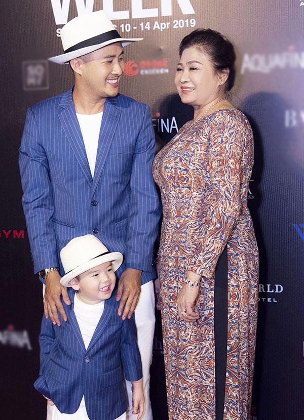 Mẹ Bảo Bảo từ Vũng Tàu lên Sài Gòn ủng hộ show diễn áo dài cưới của con trai.