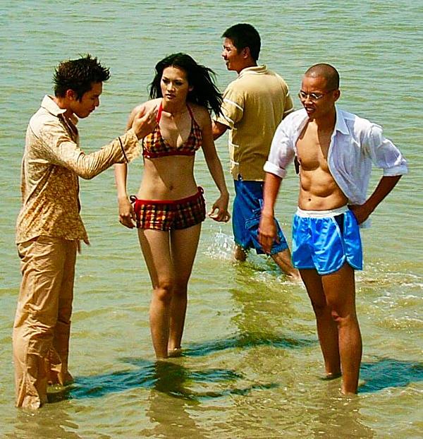 Đạo diễn Vũ Ngọc Đãng (phải) năm 2004 - khi đang chỉ đạo diễn xuất cho Minh Anh và Anh Thư trong Những cô gái chân dài.