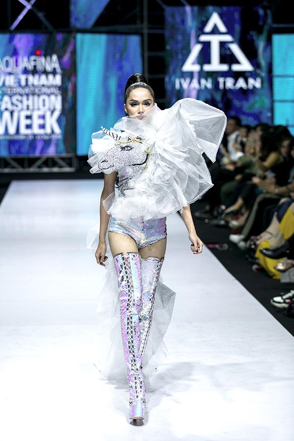 Cùng với dàn mẫu nhí chuyên nghiệp, show diễn còn có sự xuất hiện của hoa hậu Hương Giang.