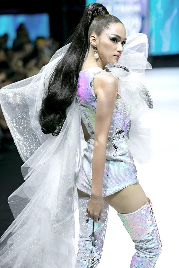 Tóc đuôi ngựa buộc cao, jumpsuit ngắn và sải bước mạnh mẽ giúp Hương Giang ghi điểm khi làm vedette cho đêm diễn.