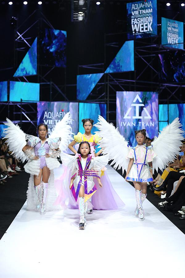 Bộ sưu tập Amour BeBe của nhà thiết kế Ivan Trần mang tới sắc màu tươi vui cho sàn diễn Tuần lễ Thời trang Quốc tế Việt Nam tối 13/4 tại TP HCM.