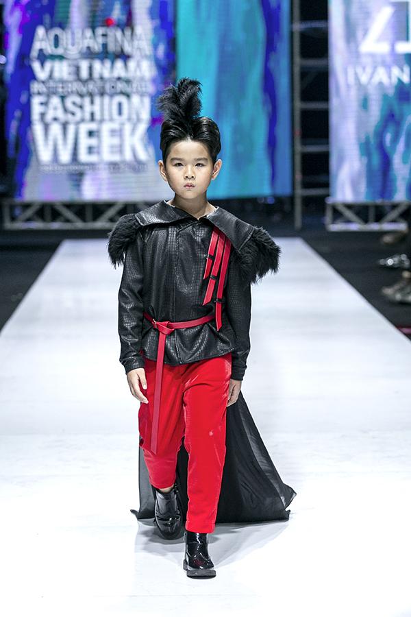 Trang phục cho mẫu nam mô phỏng hình ảnh những chàng hoàng tử bé trong chuyện cổ tích.