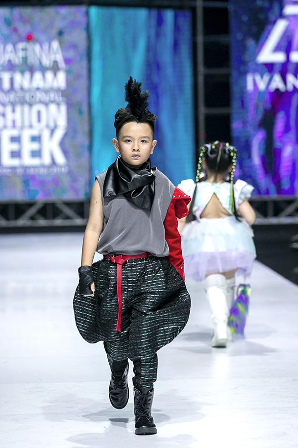 Lối trình diễn thời trang theo chuẩn runway quốc tế của dàn mẫu nhí khiến khán giả thích thú.