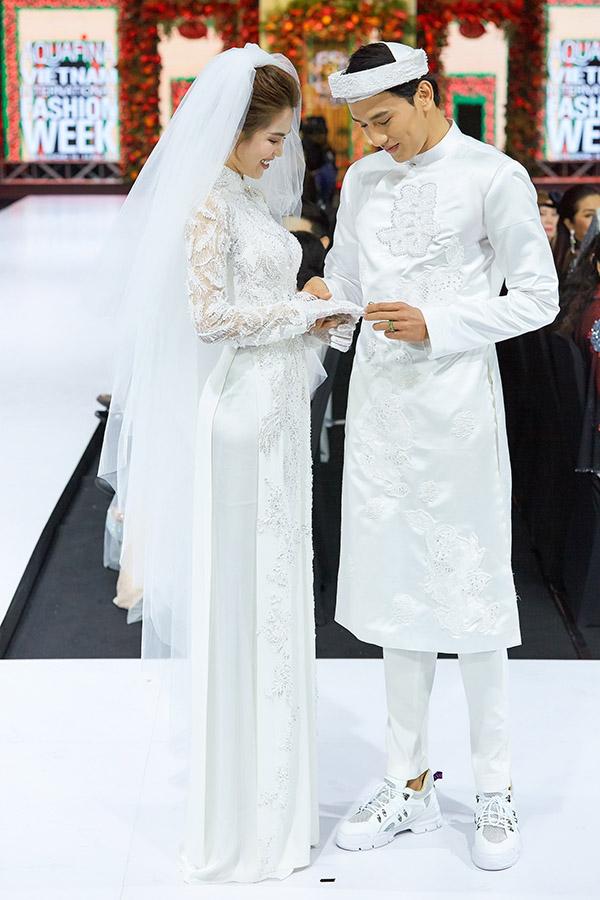 Họ thực hiện nghi thức trao nhẫn cưới trên sân khấu.