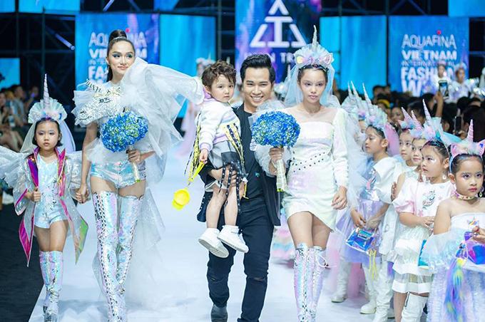 Nhà thiết kế Ivan Trần (vest đen) và dàn mẫu trong phần chào kết.