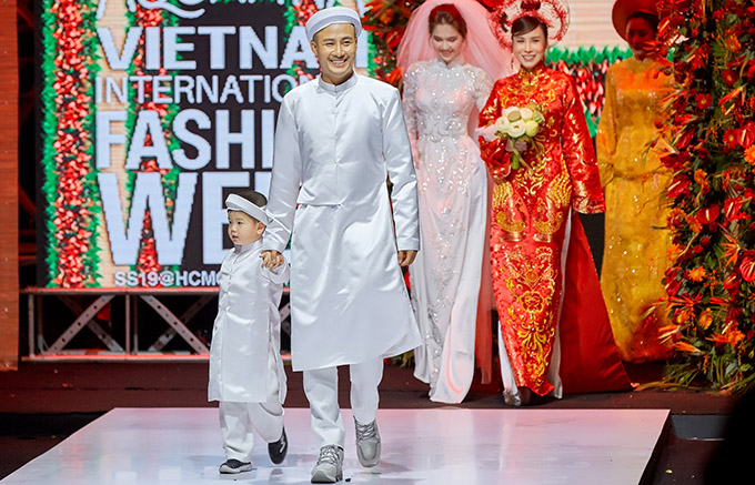 Nhà thiết kế còn diễn catwalk cùng con trai.
