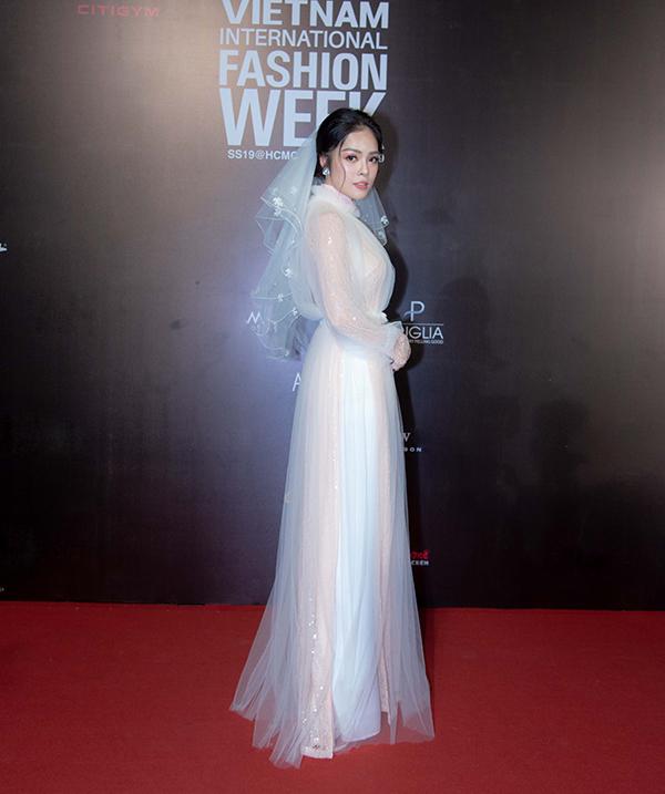 Dương Cẩm Lynh duyên dáng cùng áo dài cô dâu khi đi cổ vũ nhà thiết kế Việt trình làng bộ sưu tập áo dài cưới.