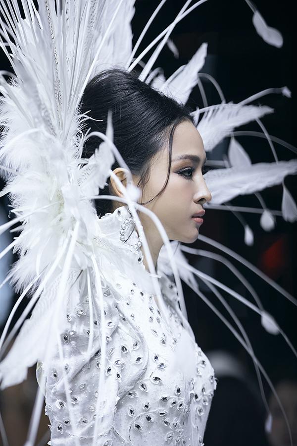 Cùng với phần hoạ tiết được chăm chút tỉ mỉ là thiết kế cổ áo lông vũ cầu kỳ và giúp vedette thu hút mọi ánh nhìn khi xuất hiện trên đường catwalk.