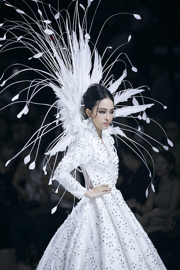 Sau hơn 2 năm vướng vào lao lý đây là lần đầu tiên cô tái xuất sàn diễn thời trang và xuất hiện với vai trò người mẫu.