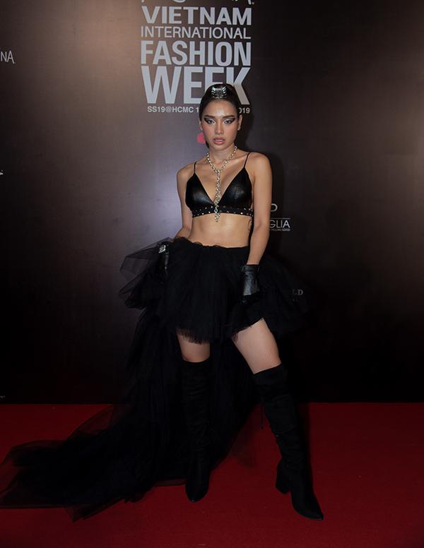 Phương Trinh Jolie trở thành tâm điểm của đêm diễn thứ 3 của Tuần lễ Thời trang Quốc tế Việt Nam 2019 với phong cách sexy.