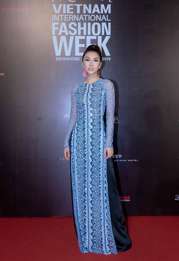 Tường Linh chọn áo dài thiết kế cổ trụ hợp mốt mùa hè để chưng diện khi đi dự fashion show.