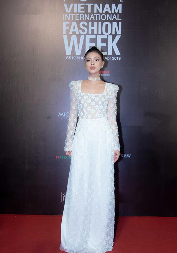 Thay vì hình ảnh cá tính như mọi khi, Tú Hảo đổi gió với phong cách nhẹ nhàng trong tà áo dài trắng.