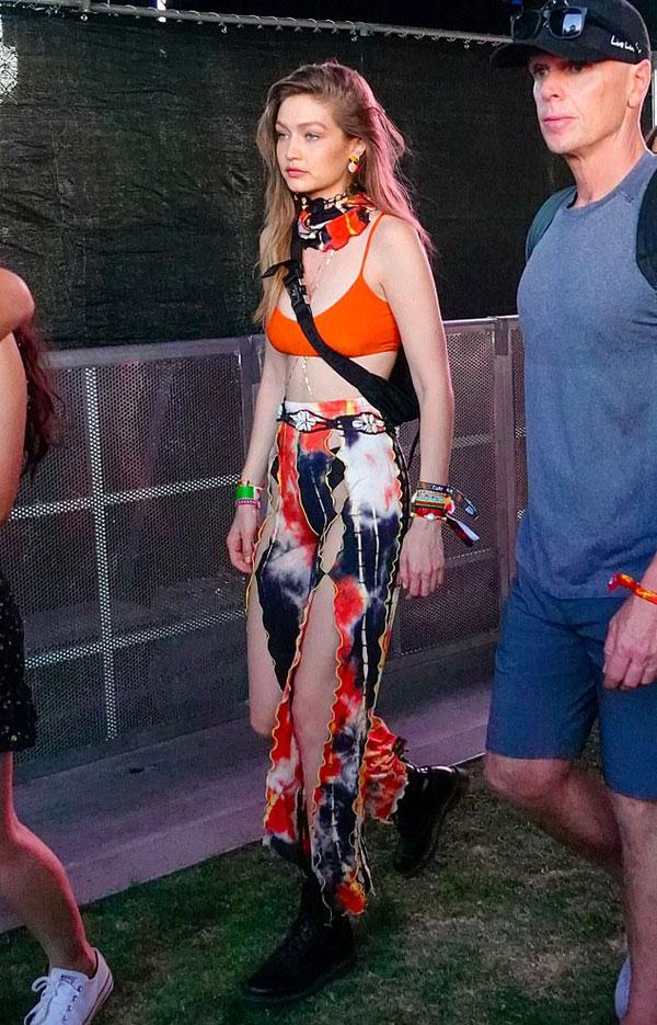 Siêu mẫu Gigi Hadid diện bộ váy xẻ sexy.