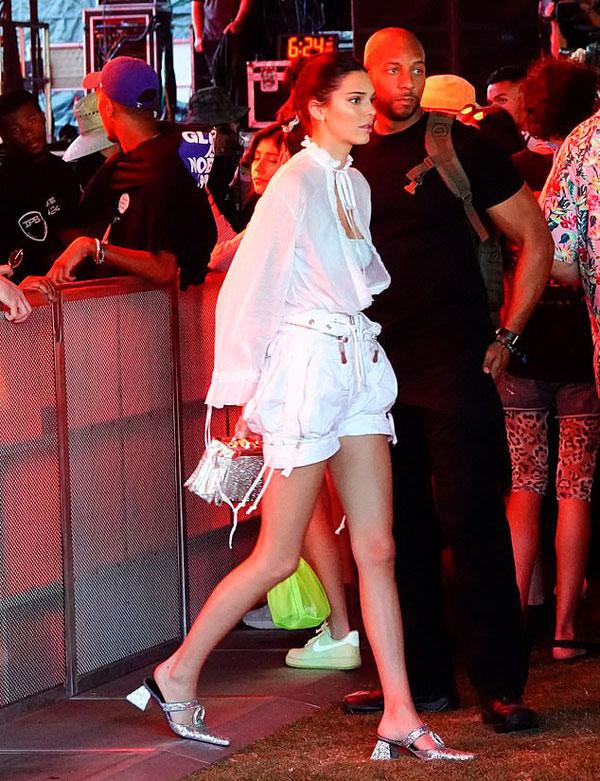 Lễ hội âm nhạc Coachella năm nay thu hút đông đảo các ngôi sao hot nhất showbiz Mỹ tới tham dự. Chị gái Kylie, siêu mẫu Kendall Jenner, đến festival từ ngày đầu tiên, 12/4.