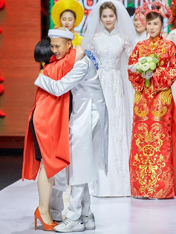 Nhà thiết kế ôm cảm ơn bà Trang Lê - đại diện ban tổ chức Tuần lễ Thời Trang Quốc tế Việt Nam 2019 đã tạo sân chơi để anh và các nhà thiết kế khác được dịp giới thiệu sản phẩm rộng rãi tới công chúng.