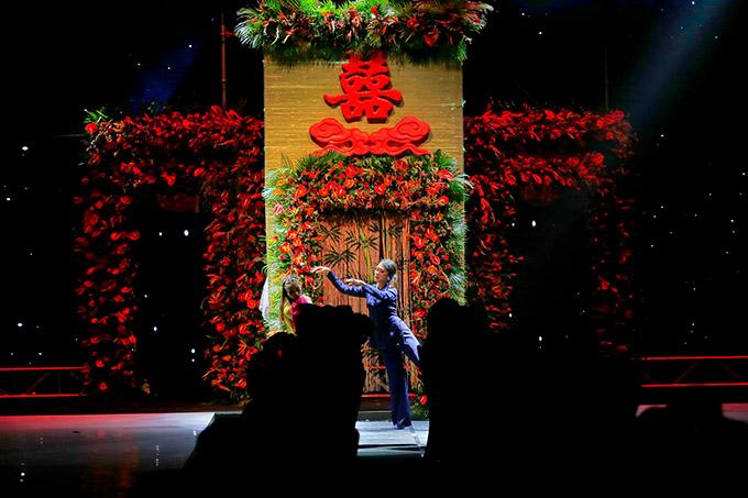 Sân khấu chương trình dàn dựng công phu như một lễ cưới.