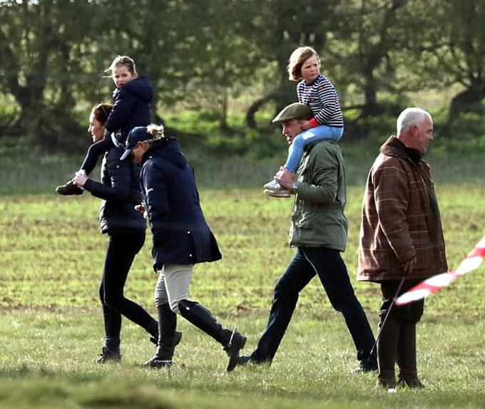 Vợ chồng Kate công kênh con và cháu gái ra ngoài chơi