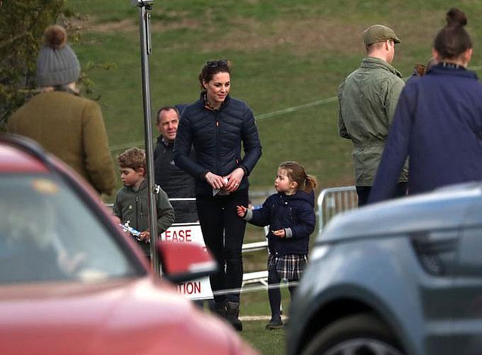 Vợ chồng Kate công kênh con và cháu gái ra ngoài chơi - 1