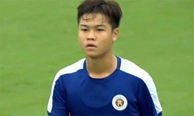 Nguyễn Đức Anh của U17 Hà Nội rời sân sau khi phải nhận thẻ đỏ. Ảnh: CMH.