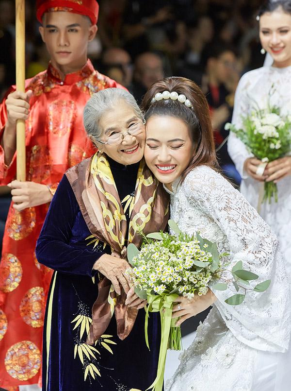 Cô thích thú khi có dịp mặc lễ phục cưới, thực hiện lễ vu quy trên sàn diễn.