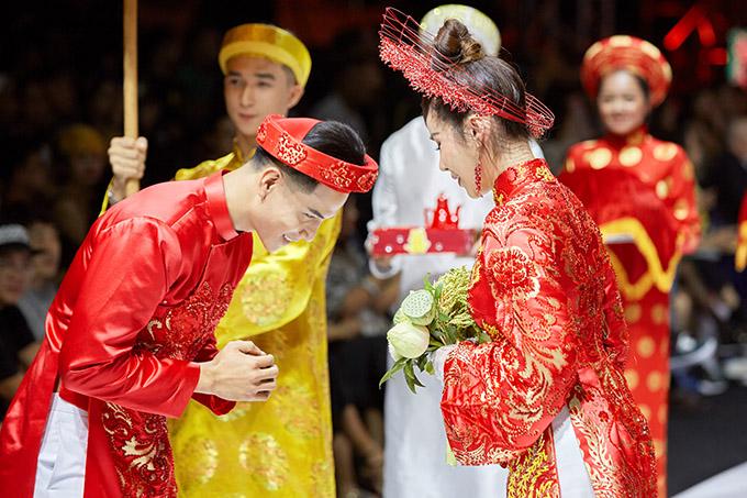 Đôi uyên ương thực hiện các nghi thức quen thuộc trong đám cưới truyền thống của người Việt.