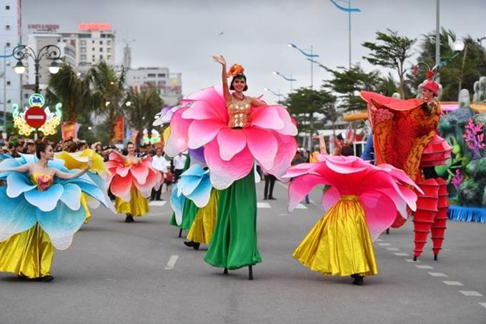 Lần đầu tiên được tổ chức tại Thanh Hóa, Carnival Đường phố Sầm Sơn 2019 diễn ra vào ngày 13/4, thu hút sự chú ý của đông đảo người dân và du khách. Đây là một trong những sự kiện mở màn Lễ hội Du lịch biển Sầm Sơn 2019 và khởi động mùa du lịch biển tại đây.