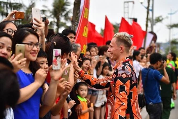 Trên tuyến đường chính dài 2,1 km của Sầm Sơn, đoàn Carnival đã khuấy động không gian bằng những tiết mục nghệ thuật và âm nhạc sôi động. Người dân, du khách đứng chật kín hai bên đường để chiêm ngưỡng Carnival đường phố lần đầu tiên tổ chức tại Thanh Hóa.