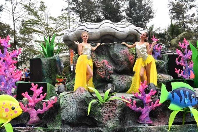 Hai xe hoa được thiết kế lộng lẫy cùng hơn 70 nghệ sĩ chuyên nghiệp của Sun World Ba Na Hills trong các bộ trang phục lễ hội đầy màu sắc. Họ đem đến nhiều tiết mục nghệ thuật đường phố độc đáo, kéo người dân và du khách nhún nhảy, hòa mình vào không khí sôi động của Carnival.