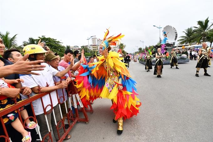 Nhiều khán giả phấn khích khi chứng kiến đoàn xe hoa hoành tráng cùng dàn nghệ sĩ trong trang phục lộng lẫy. Tôi đến đây một thời gian và rất thích Sầm Sơn. Đây là lần đầu tiên tôi được xem Carnival hấp dẫn như thế này. Những vũ công đều xinh đẹp và bốc lửa, tôi không thể ngừng nhún nhẩy theo vũ điệu của họ, Akshay Kumar - du khách đến từ Ấn Độ chia sẻ.