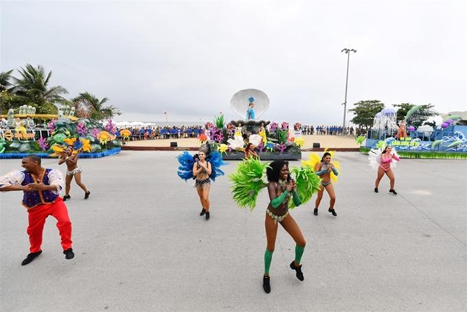 Người dân được thưởng thức những điệu múa nóng bỏng như: Carnival châu Mỹ, múa lửa, múa trống... Các nghệ sĩ đã biến con đường Hồ Xuân Hương thành sân khấu lớn. Mỗi bước nhảy uyển chuyển của họ nhận được những tràng pháo tay không ngớt của người xem.