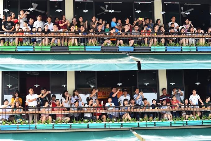 Nhiều người dân và du khách cũng chọn chỗ ngồi trên các tòa nhà cao tầng để có vị trí đẹp nhất, chiêm ngưỡng và quay lại hình ảnh của Carnival đường phố.