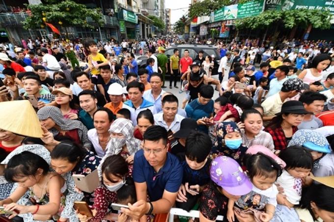 Carnival diễn ra vào khung giờ chiều còn thu hút đông đảo du khách và người dân hơn.