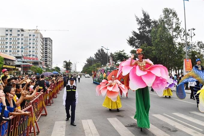 Người dân, du khách hào hứng thưởng thức Carnival đường phố ở Sầm Sơn - 10