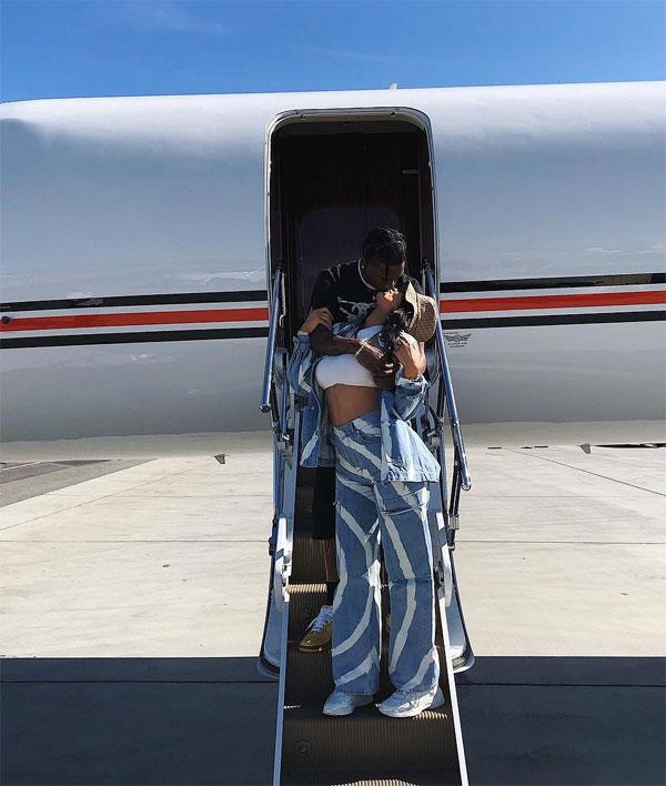 Kylie Jenner chia sẻ trên Instagram ảnh hẹn hò trốn con đi chơi riêng với chàng người tình Travis Scott. Cặp sao hôn nhau say đắm khi bước xuống chiếc phi cơ riêng tại sân bay.