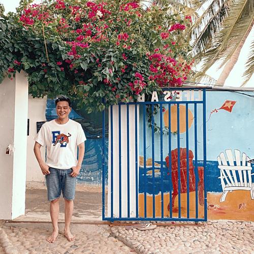 Chàng trai làng biển/Chàng yêu thiên nhiên/Nhìn thấy cũng hiền/Mỗi tội hơi điên, Hoàng tử sơn ca Quang Vinh hài hước chú thích về bức ảnh chụp tại làng chài Quy Nhơn.