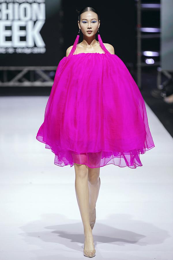 Trong màn trình diễn tối qua,Hà Linh Thư cũng khiến nhiều khán giả thích thú bởi cách 'chơi màu' của chị trên từng trang phục.