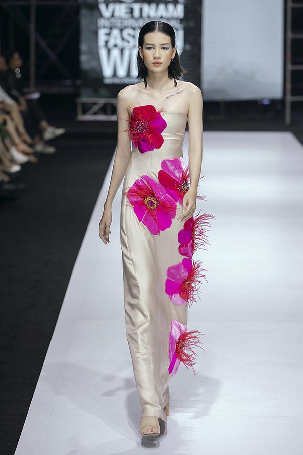 Dấu ấn của 'Phượng' cũng thể hiện ở hoạ tiết hoa phượng được in hoặc thêu tỉ mỉ trên tà váy. Hoạ tiết chú bướm màu sắc cũng là điểm nhấn ấn tượng của nữ thiết kếtrong bộ sưu tập mới.