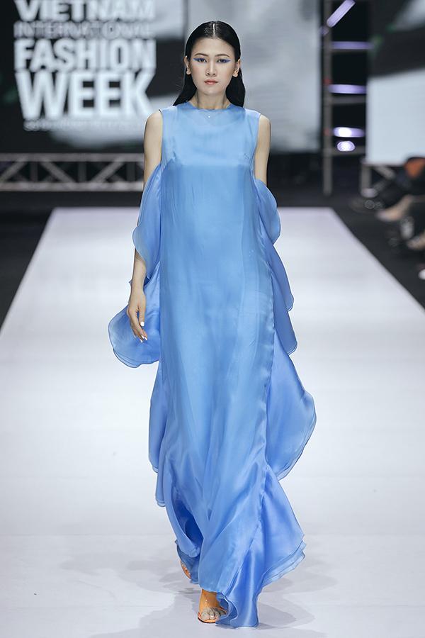 Váy dáng dài nâng niu cơ thể và tạo cảm giác bay bổng, lãng mạn cũng là điểm nhấn ấn tượng trong loạt váy dành cho mùa nắng.