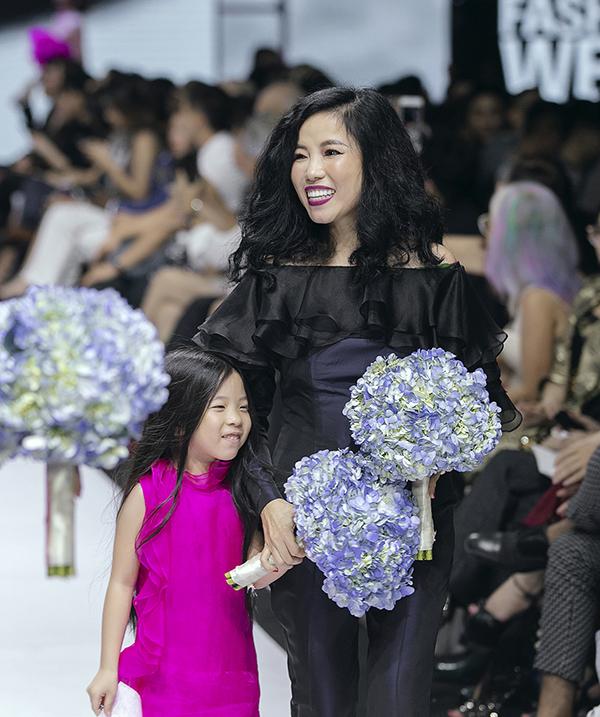 Nhà thiế kế Hà Linh Thư và con gái.