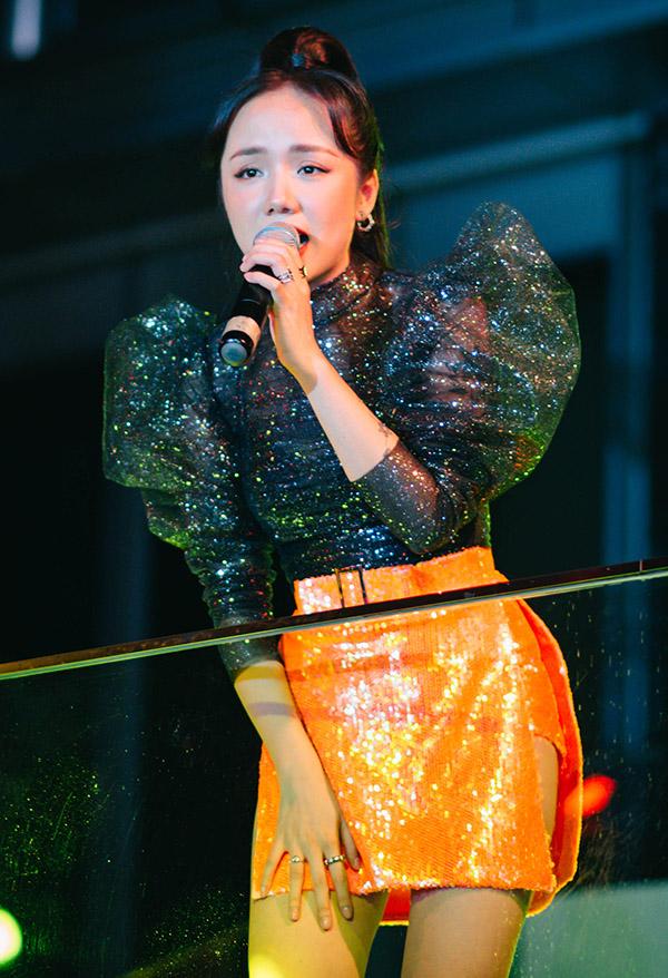 Phương Ly diện áo tay bồng lánh lánh kết hợp váy ngắn hát tại buổi tiệc ngoài trời tổ chức tại TP HCM.