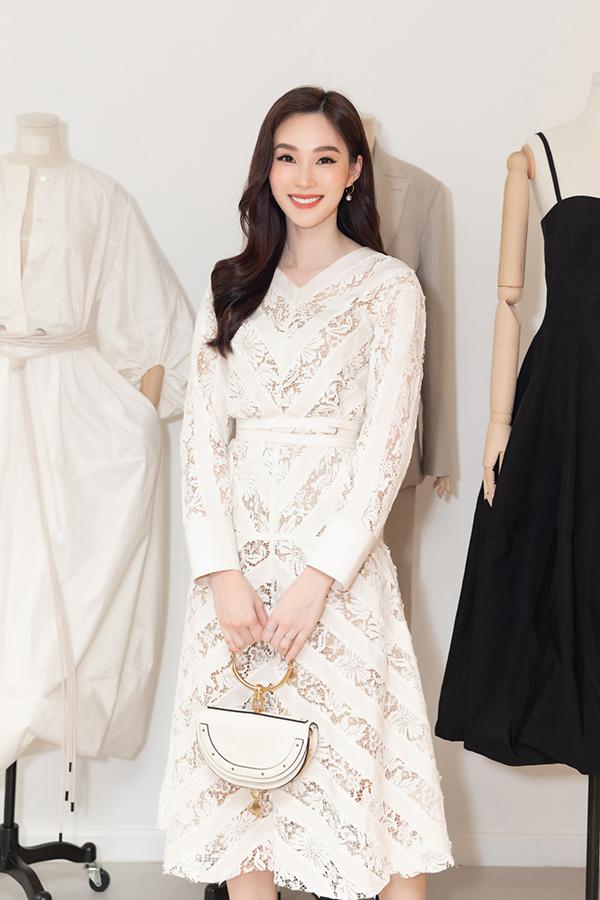 Dự buổi khai trương showroom của NTK Lâm Gia Khang, Hoa hậu Thu Thảo chọn váy trắng ngọt ngào để tôn lên nhan sắc  mong manh.