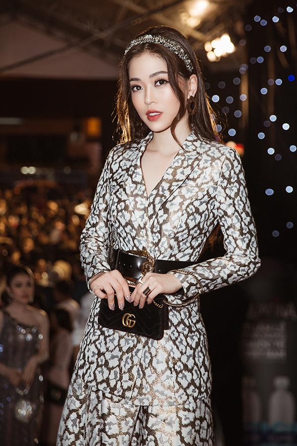 Á hậu Phương Nga thanh lịch cùng vest và váy hoạ tiết ánh kim. Túi Gucci được cô phối hợp một cách tinh tế cùng belt da và đường nét của bộ suit.