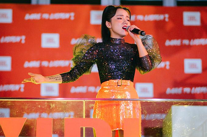 Nữ ca sĩ khiến khán giả trẻ đứng ngồi không yên với loạt ca khúc hit Anh là ai, Mặt trời của em và Cùng anh.