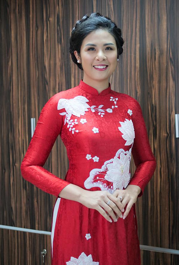 Hoa hậu Ngọc Hân dịu dàng khoe sắc trong tà áo dài họa tiết hoa sen tinh tế.